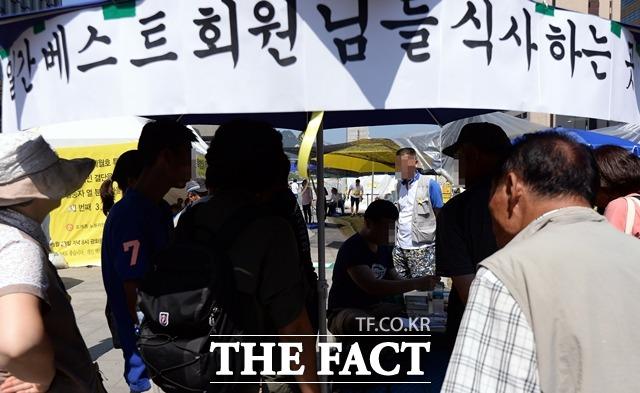2014년 한가위 연휴 시작이기도 했던 9월 6일 오후 세월호특별법을 촉구하는 시민들의 단식농성장이 있는 서울 광화문광장에서 일간베스트 일부 회원과 자유대학생연합 소속 대학생들이 식사를 하는 퍼포먼스를 벌이고 있다. /뉴시스