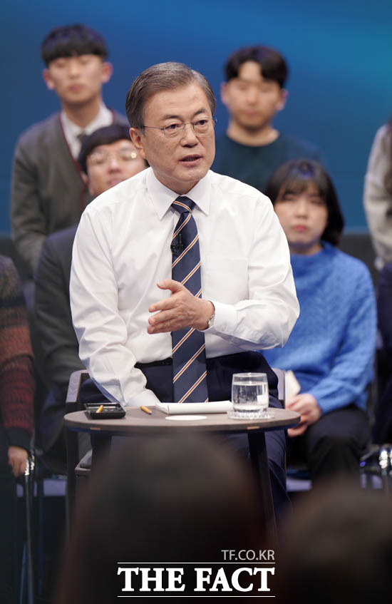 문재인 대통령의 국민과의 대화에 대해 여야는 엇갈린 반응을 보였다. 문 대통령이 19일 오후 서울 마포구 상암동 MBC 사옥에서 열린 국민이 묻는다-2019 국민과의 대화에 출연해 국민 질의에 답하고 있다. /뉴시스