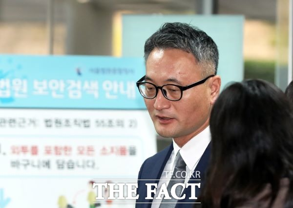 군납업자로부터 금품을 수수한 혐의를 받고 있는 이동호 전 고등군사법원장이 21일 오전 서울중앙지방법원에서 열린 구속 전 피의자심문에 출석하고 있다. /뉴시스