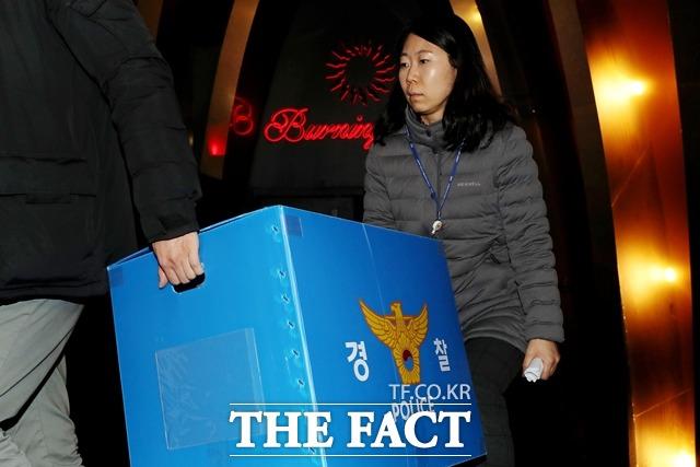 경찰이 2월 14일 오후 서울 강남구 클럽 버닝썬에서 마약 투약과 경찰과의 유착 의혹에 대한 압수수색을 마친 후 압수품을 옮기고 있다. /뉴시스