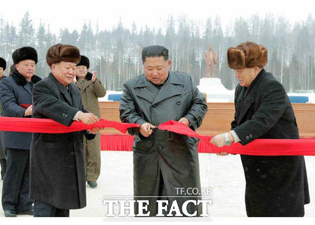 북한이 정한 비핵화 협상 시한이 다가온 가운데 전문가들이 3일 향후 협상에 대해 전망을 내놓았다. 북한 노동신문은 김정은 국무위원장이 2일 삼지연군 읍지구 준공식에 참석했다고 3일 보도했다. /노동신문.뉴시스