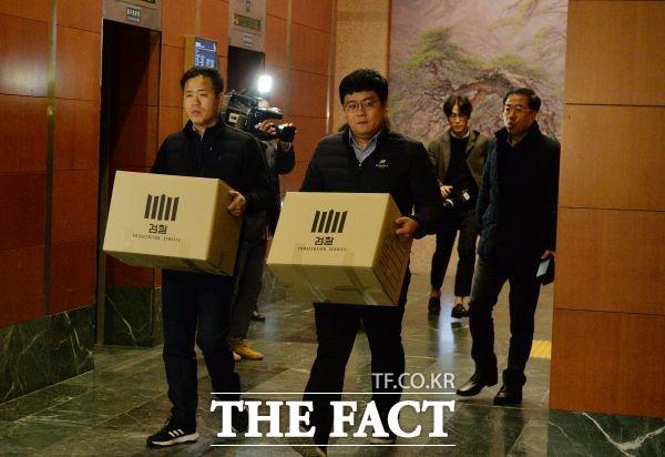 서울중앙지검직원들이 6일 오후 송병기 울산시 경제부시장실을 압수수색하고 압수물품을 들고 시청 로비로 나오고 있다. /뉴시스