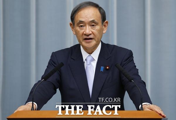 스가 요시히데 일본 총리가 조건부 참석을 밝히면서 올해 말 예정된 한·중·일 정상회의는 사실상 연기된 것으로 보인다. 기자회견을 하고 있는 스가 총리의 모습. /뉴시스·AP