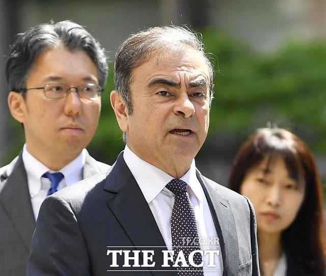 르노, 닛산, 미쓰비시 자동차 등에서 회장을 지낸 카를로스 곤 전 닛산 회장(가운대)이 가택 연금 상태에서 일본 경찰 감시망을 뚫고 레바논으로 도주한 가운데 그의 주도면밀했던 일본 탈출 계획이 주목을 받고 있다. /AP.뉴시스
