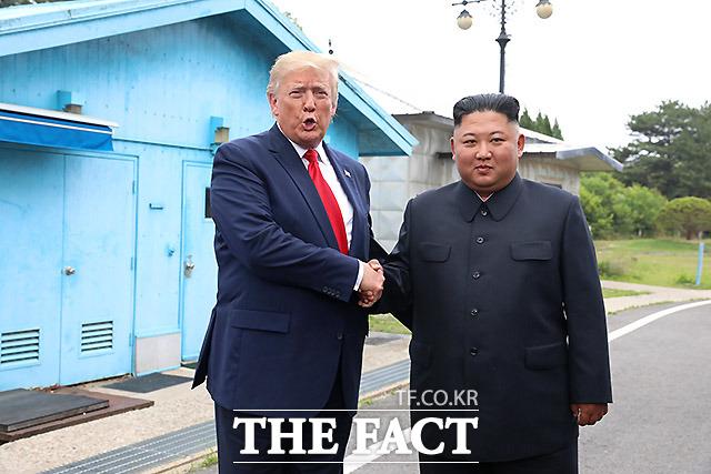 미국에서는 이미 시행 중인 대북제재 조치 강화 방침을 밝혔고, 북한에선 잠수함발사탄도미사일(SLBM) 발사 관련 움직임이 포착됐다. 사진은 지난해 6월 판문점 공동경비구역 군사분계선에서 만난 트럼프 대통령과 김정은 위원장. /뉴시스