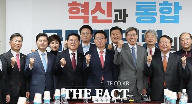 박형준(오른쪽 네 번째) 혁신통합추진위원장이 14일 국회에서 열린 혁통위 첫 회의에서 김상훈·이양수 자유한국당 의원, 지상욱·정운천 새로운보수당 의원 등 참석자들과 기념촬영을 하고 있다. /뉴시스
