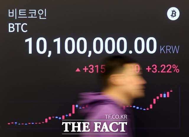 1월 17일 오후 서울 강남구 암호화폐 거래소 전광판에 1000만원을 돌파한 비트코인 시세가 보이고 있다. 암호화폐 비트코인이 1000만원을 돌파한 것은 지난해 11월 중순 이후 두 달만이다./뉴시스