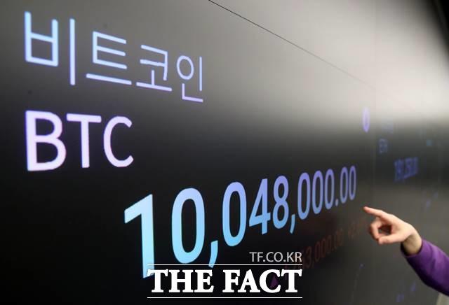 1월 17일 오후 서울 강남구 암호화폐 거래소 전광판에 1000만원을 돌파한 비트코인 시세가 보이고 있다. /뉴시스
