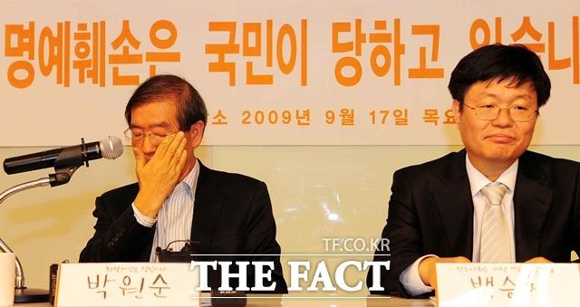 대한민국(국가정보원)으로부터 명예훼손에 따른 2억원의 손해배상청구소송을 당한 박원순(64) 서울시장(왼쪽)이 희망제작소 상임이사로 재임하던 2009년 9월 17일 오전 서울 평창동 희망제작소에서 국정원 개입 관련 소송에 관련해 입장을 밝히는 기자회견을 하며 눈물을 훔치고 있다. 백승헌 당시 민주사회를위한변호사모임 대표(변호사). /뉴시스