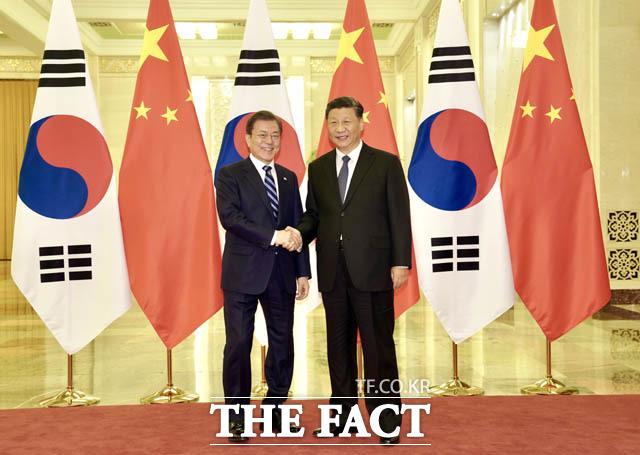 시 주석이 첫 해외 방문지로 한국을 택해 방문한다면, 미중 간의 갈등이 악화된 상황에서 동맹국 미국이 달갑게 받아들이지 않을 가능성이 높다. 지난해 12월 중국 베이징 인민대회당에서 정상회담 전 악수하는 문재인 대통령과 시진핑 주석. /뉴시스