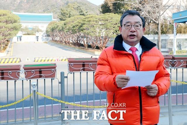 이정현 무소속 의원이 4일 오전 서울 종로구 청와대 앞에서 기자회견을 열고 21대 총선에서 종로구에 출마한다고 밝히고 있다. /뉴시스