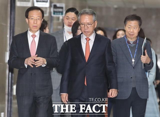 한국당 김형오 공천관리위원장과 공관위원들이 지난달 31일 국회에서 열린 공관위 회의에 참석하는 모습. /뉴시스