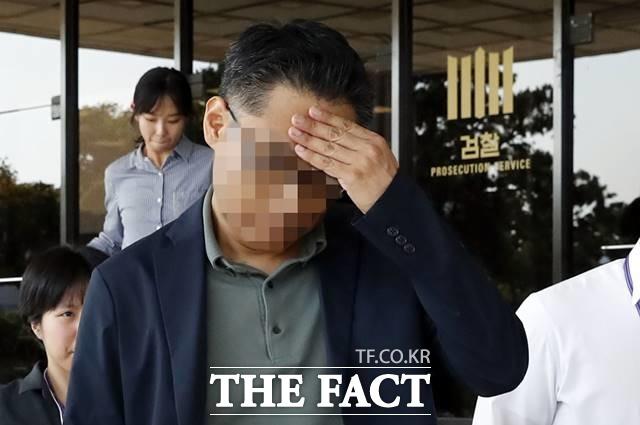 조국 법무부 장관 가족 의혹의 익성 부회장 이 모 씨가 지난해 9월 29일 서울 서초구 서울중앙지방검찰청에서 조사를 받은 후 청사를 나서고 있다. /뉴시스