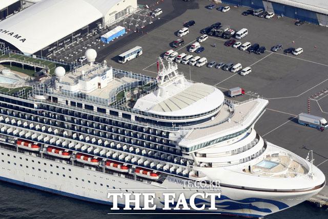 신종 코로나 바이러스(코로나19) 중앙사고수습본부는 일본 요코하마에 있는 크루즈선 다이아몬드 프린세스에 승선한 한국인 가운데 귀국 희망자가 있다면 국내 이송을 추진하겠다고 16일 밝혔다. 사진은 지난 12일 요코하마항에 정박해 있는 다이아몬드 프린세스. /AP·뉴시스