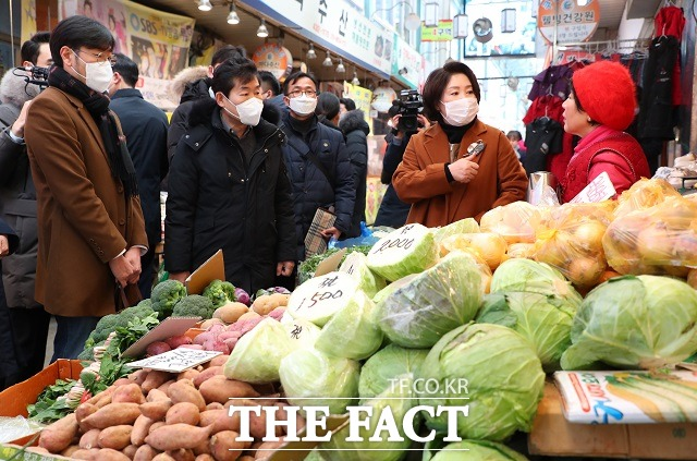 김정숙 여사와 이연복-박준우 셰프가 18일 오후 서울 중랑구 동원전통종합시장을 찾아 신종 코로나바이러스 감염증(코로나19)으로 어려움을 겪고 있는 상인들과 위로하고 있다. /뉴시스