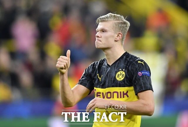 도르트문트 신성 엘링 홀란드가 19일 열린 2019~20 UEFA 챔피언스리그 16강 1차전 파리 생제르맹(PSG)과 홈경기에서 혼자 2골을 터뜨리며 2-1 승리를 이끌었다. 사진은 동료의 플레이를 칭찬하는 홀란드./도르트문트=AP.뉴시스