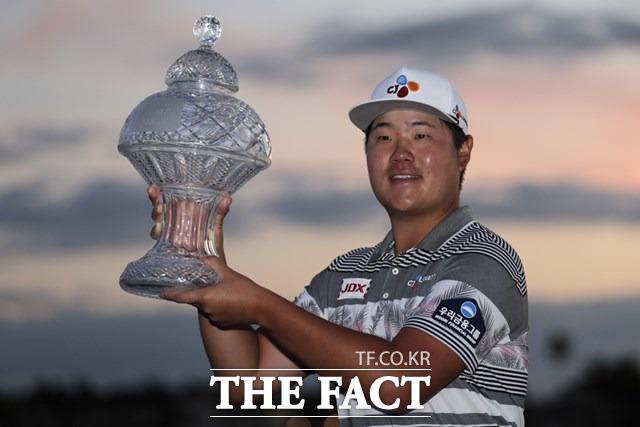 한국의 임성재가 2일 열린 2019~2020 PGA투어 혼다 클래식에서 생애 첫 정상에 올라 우승컵을 들고 있다./팜 비치(미 플로리다주)=AP.뉴시스