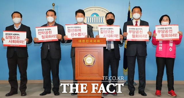 통합당 원외 예비후보 20여 명으로 구성된 부당공천 반대모임 관계자들이 지난 2일 국회에서 기자회견을 열고 김형오 공관위원장의 사퇴를 촉구하는 침묵시위를 하고 있다. /뉴시스