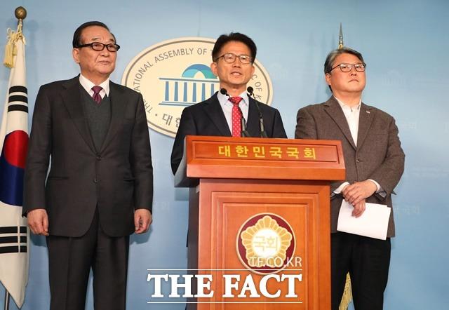 자유공화당 김문수·조원진 공동대표와 서청원 의원이 4일 오후 국회 정론관에서 박근혜 전 대통령의 옥중 편지에 대한 입장을 발표하고 있다. /뉴시스