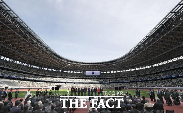 전문가들은 7월 24일 개막 예정인 도쿄올림픽과 관련해서 취소·연기론이 나오는 것도 아베 총리 입장에선 부담으로 작용했을 것으로 해석했다. 2020년 도쿄올림픽 주경기장 준공식이 지난해 12월 아베 신조 일본 총리와 고이케 유리코 도쿄도 지사 등이 참석한 가운데 열렸다. /교도통신.뉴시스
