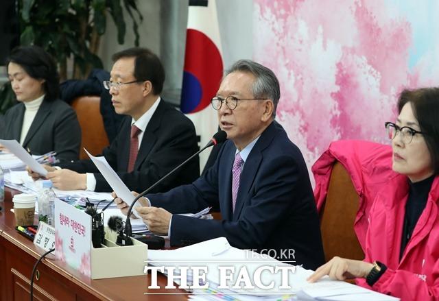 김형오 통합당 공천관리위원장이 6일 오후 국회에서 TK지역 공천 심사 결과를 발표하고 있다. /뉴시스