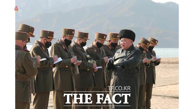 최근 북한의 발사체 발사에 이어 핵 관련 움직임이 보도돼 관심이 쏠리고 있다. 북한 조선중앙TV는 김정은 북한 국무위원장이 12일 조선인민군 제7군단과 제9군단관하 포병부대들의 포사격대항경기를 지도했다고 13일 보도했다. /조선중앙TV.뉴시스