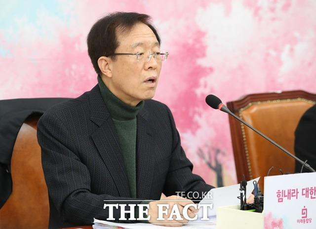이석연 미래통합당 공천관리위원장 직무대행이 19일 오후 서울 여의도 국회에서 공천 관련 브리핑을 하고 있다. /뉴시스