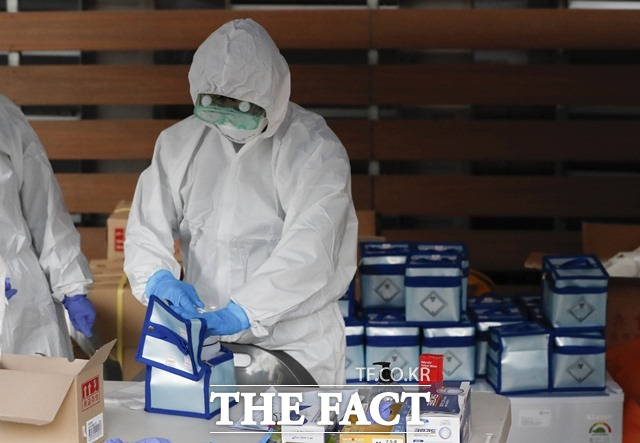 미국이 한국산 신종 코로나바이러스 감염증(코로나19) 진단키트 75만 개를 수입한다. 폐쇄된 서울 구로구 코리아빌딩에 설치된 선별진료소에서 검사를 마친 의료키트를 정리하고 있는 모습. /뉴시스