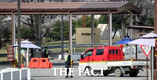 미국 국방부가 2일(현지시간) 한국과 무급휴직 상태인 주한미군 한국인 근로자의 인건비를 지급하는 방안에 합의했다고 밝혔다. 지난 4월 1일 서울 용산 미군기지 입구에서 한국인 직원들 근무를 서고 있는 모습. /뉴시스