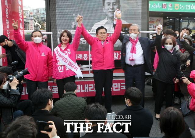6일 미래통합당 황교안 종로구 후보, 김종인 총괄선대위원장, 황교안 후보 부인 최지영 씨, 김종인 위원장 부인 김미경(왼쪽 두 번째) 씨가 서울 종로구 평창동 진흥로 일대에서 유세에 나섰다. 왼쪽은 신세돈 공동선대위원장. /뉴시스