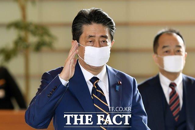 전범기업인 일본제철(옛 신일철주금)이 우리 법원의 자산압류 명령을 앞두고 즉시 항고 입장을 밝혔다. 아베 신조 일본 총리가 총리 관저로 들어가고 있는 모습. /뉴시스.