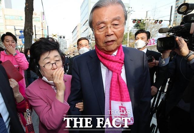 이은재 한국경제당 비례대표 후보가 지난 6일 김종인 미래통합당 선거대책위원장을 찾아가 통합당의 제2 위성정당이 되고 싶다며 눈물을 흘렸다. 사진은 이날 김 위원장에게 말을 거는 이 후보. /뉴시스