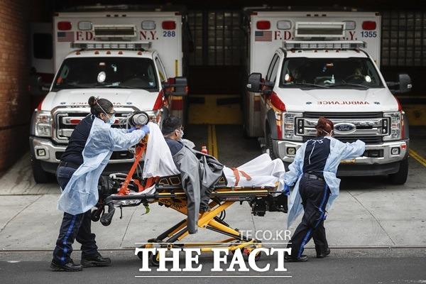 미국 현지시간 10일 하루 동안 2056명이 코로나19로 사망했다. /AP.뉴시스