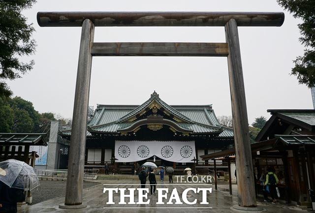 외교부는 이에 대해 논평을 내고 일본의 과거 침략전쟁을 미화하고 전쟁범죄자를 합사한 야스쿠니신사에 일본 정부 및 의회 지도자들이 또다시 공물을 봉납한 데 깊은 유감을 표한다고 밝혔다. 사진은 야스쿠니 신사의 모습. /서경덕 교수 제공