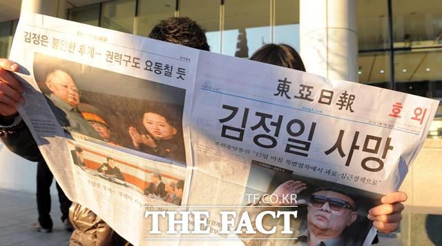 김일성·김정일 실제 사망 당시에는 북한의 공식 입장 발표가 있었고, 직전까지 정확하게 알아차리는 소식은 거의 없었다. 북한 김정일 국방위원장의 사망 소식이 전해진 2011년 12월 19일 서울 중구 청계광장 인근에서 시민이 사망소식을 전하는 호외를 보고 있다. /뉴시스