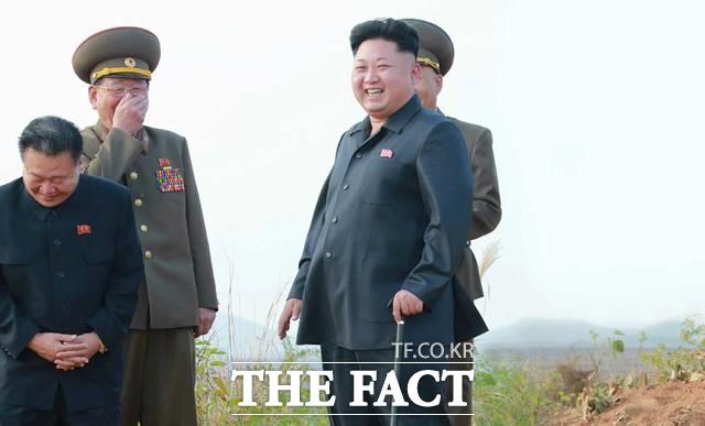 2014년 김정은 북한 국무위원장도 약 40일가량 북한 매체에 등장하지 않으면서 사망설이 불거졌는데, 잠행 41일 만인 2014년 10월 14일 지팡이를 짚고 공개석상에 나타났다. 당시 지팡이를 짚고 있는 김 위원장의 모습. /노동신문.뉴시스