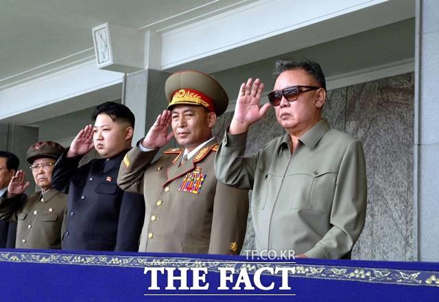 과거 북한 최고지도자였던 김일성·김정일도 다양한 방식의 사망설에 휩싸였다 잠행 끝에 공개 활동에 나서면서 각종 의혹을 털어버린 바 있다. 북한 건국 63주년 군사 퍼레이드 당시 김정일 전 국방위원장(오른쪽)이 사열을 받고 있다. 김정은 위원장의 모습도 보이고 있다. /신화통신.뉴시스