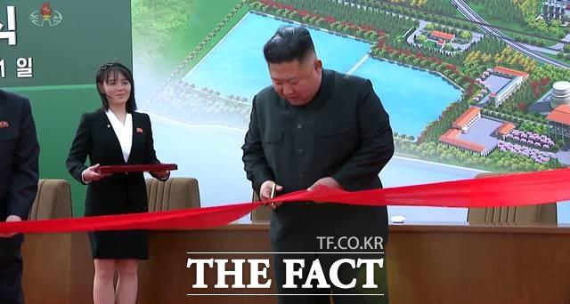 7일 유튜버 은아는 김정은 국무위원장이 건강 이상설을 뚫고 등장한 순천인비료공장에도 방문해 순천비료공장 설립이 완료됐다며 김 위원장이 직접 나타나 준공 기념 테이프를 잘랐다고 설명했다. 북한 조선중앙TV가 지난 2일 김 위원장이 인비료공장 준공식에 참석했다고 보도한 장면. /조선중앙TV 캡처