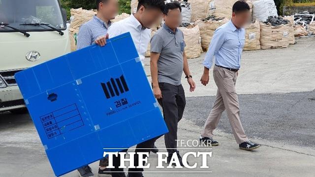 지난해 9월 사모펀드 운용사 코링크프라이빗에쿼티(PE) 관련 수사에 착수한 검찰이 충북 음성군 익성 본사를 압수수색하기 위해 들어서고 있다. /뉴시스