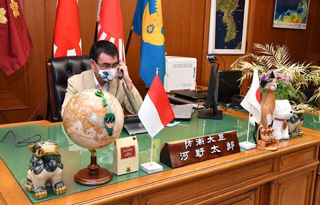 고노 다로 방위상이 자신의 트위터에 인도네시아, 싱가포르 방위장관들과 전화회담을 했다는 내용을 게재하면서 집무실에서 통화하고 있는 본인의 사진을 게재했다. 사진에서 일본 제국주의의 상징인 욱일기와 함께 한반도 지도가 걸려 있어 논란이 되고 있다. /고노 다로 방위상 트위터
