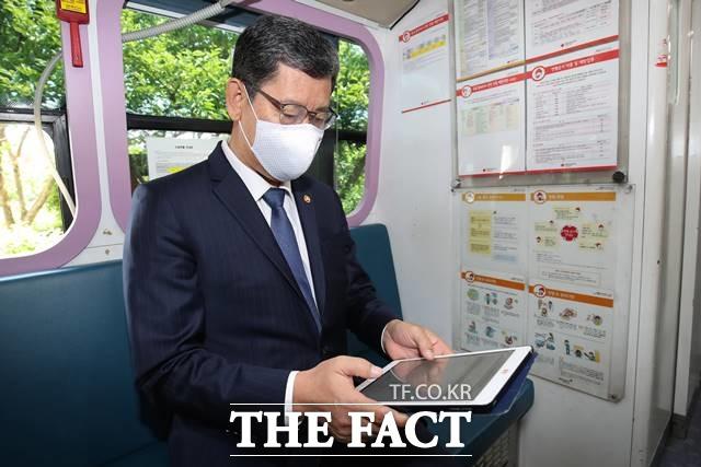 김연철 통일부 장관은 5·24 조치 폐기를 검토하느냐는 질문에 실효성을 잃었다는 의미가 반드시 폐기하겠다는 입장은 아니라고 답하면서 명확한 입장은 밝히지 않았다. 지난 21일 서울 정부서울청사 앞 주차장 내 대한적십자사 헌혈 차량에서 헌혈을 하기 전 김 장관. /뉴시스