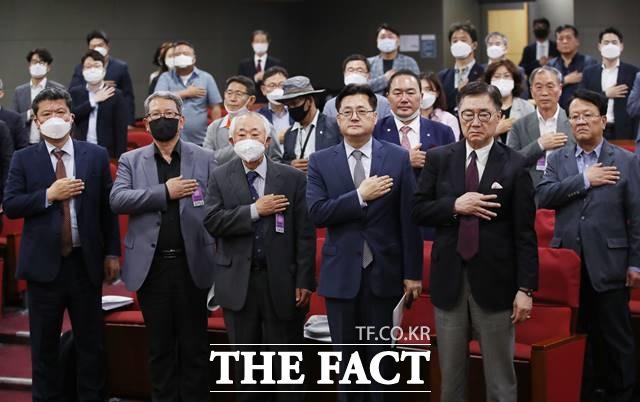 홍익표 더불어민주당 의원을 비롯한 참석자들이 22일 서울 여의도 국회 의원회관에서 열린 5.24 10년! 우리는 무엇을 할 것인가? 남북경협 재개 모색 토론회에서 국민의례를 하고 있다. /뉴시스