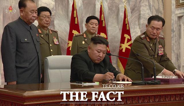 아직 북한이 예고한 조치들이 남아있기 때문에 SLBM발사는 시기적으로는 이르다는 평가가 전문가들 사이에서 나오고 있다. 북한 조선중앙TV가 지난달 24일 김정은 국무위원장이 북한 노동당 제7기 제4차 중앙군사위원회 확대 회의에 참석했다고 보도하고 있다. /조선중앙TV 캡처