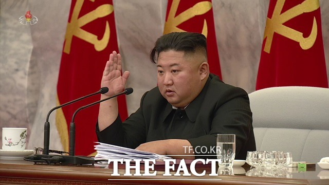 일각에서는 남북 간 대화가 다시 시작될 수도 있다는 관측도 나온다. 지난달 24일 북한 조선중앙TV는 김정은 국무위원장이 북한 노동당 제7기 제4차 중앙군사위원회 확대 회의에 참석했다고 보도했다. /조선중앙TV 캡처