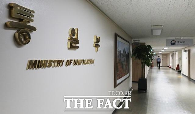 통일부가 김정은 북한 국무위원장이 노동당 중앙군사위원회를 열어 대남군사행동계획을 보류한 것에 대해 이런 변화는 긍정적인 신호의 출발로 볼 수 있다고 밝혔다. 통일부 건물 내부 모습. /뉴시스