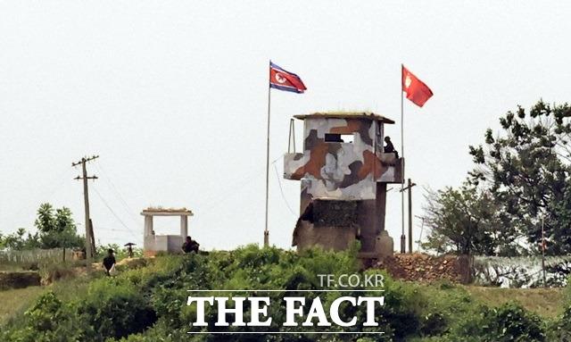 2018년 9·19군사합의에 따라 남북은 상호 적대행위 전면 중지조치를 시행하면서 JSA 비무장화 조치와 함께 DMZ내 상호 GP 시범 철수를 실시한 바 있다. 지난 9일 경기 파주 우리측 초소 인접한 북측 초소에서 북한군이 보수 작업을 하고 있다. /뉴시스