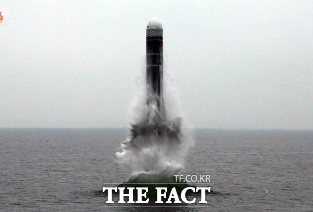 북한이 ICBM 발사 도발보다 수위가 낮은 SLBM 시험 발사를 통해 내부 결집을 하고 대외 위상을 다잡을 수 있다는 분석이 나온다. 조선중앙TV는 지난해 10월 동해 원산만 수역에서 새형의 잠수함탄도탄(SLBM) 북극성-3형 시험발사를 성공적으로 진행했다고 보도했다. /조선중앙TV