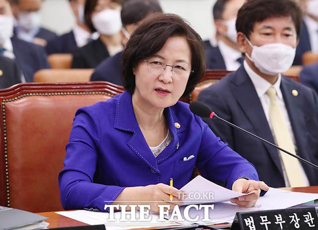 추미애 법무부 장관이 18일 서울 여의도 국회에서 열린 법제사법위원회 제2차 전체회의에서 의원의 질의에 답하고 있다. /뉴시스