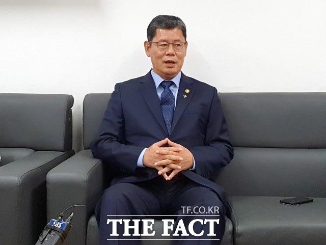 외신은 김 장관이 이번 북한의 개성 남북공동연락사무소 폭파로 인한 최대 피해자라고 보도하고 있다. 지난 17일 김정부서울청사 기자실에서 사의 표명과 관련해 발언하는 김 장관. /뉴시스