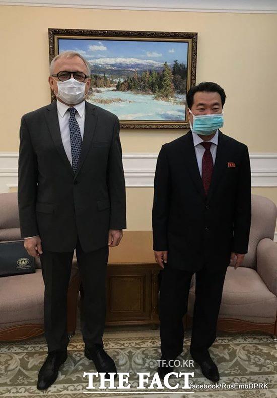 알렉산드르 마체고라 북한 주재 러시아 대사가 김정은 북한 국무위원장의 와병설에 대해 아무런 근거가 없는 소문이라고 말했다. 사진은 마체고라 대사(왼쪽)와 임천일 북한 외무성 부상. /마체고라 대사 페이스북 갈무리